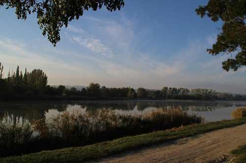 Le lac, avec la silhouette des Alpilles au fond