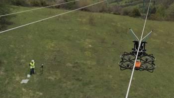 Pose d'une balise avifaune avec l'aide d'un drone par Enedis © Enedis