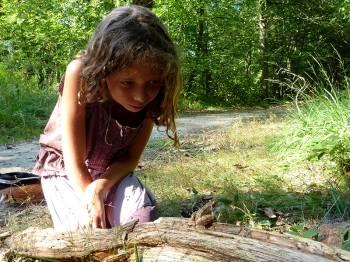 Enfant observant une grenouille © Benjamin Kabouche