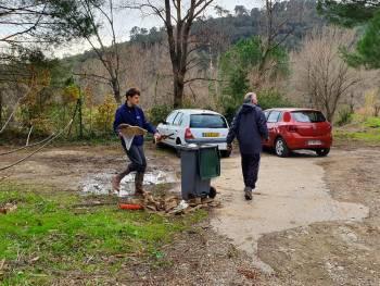 Les bénévoles LPO commençant le travail de rassemblement des déchets © LPO PACA